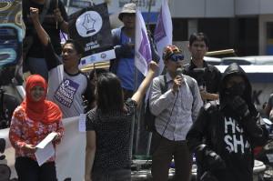Aliansi Jurnalis Independen (AJI) Manado menggelar aksi damai dalam rangka Hari Buruh (MayDay) dan Hari Kebebasan Pers Sedunia di Manado, Senin (4/5/2015. AJI Manado menuntut hak kesejahteraan untuk jurnalis berupa upah layak dan jaminan sosial. Selain itu, menyerukan semua pihak menghargai kebebasan pers dan independensi media. Pers Bebas, Jurnalis Sejahtera.