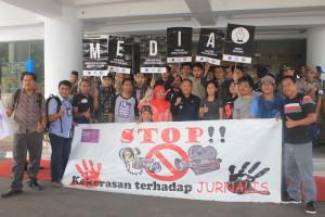 Aliansi Jurnalis Independen (AJI) Manado menggelar aksi damai dalam rangka Hari Buruh (MayDay) dan Hari Kebebasan Pers Sedunia di Manado, Senin (4/5/2015.